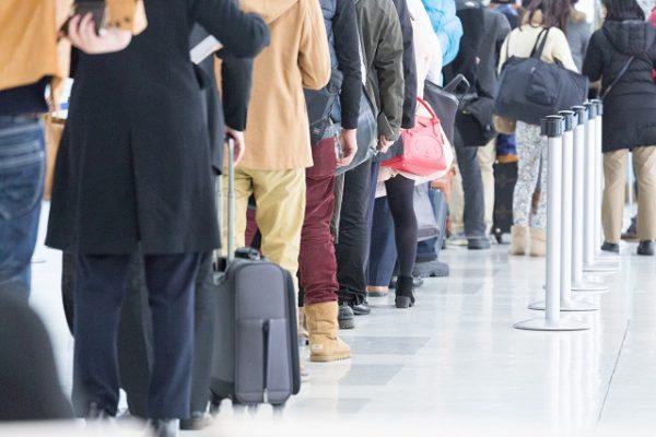 空港での行列のイメージ